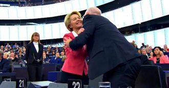Commissione von der Leyen, il Parlamento europeo vota a favore: la presidente emozionata abbraccia i commissari