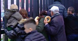 Terremoto in Albania, calca di persone in fila per il pane allo stadio di Durazzo: le immagini