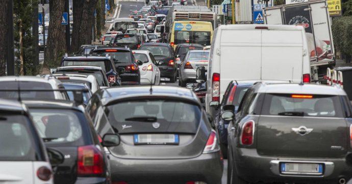 Trasporti pubblici, davanti alla seconda ondata si moltiplicano le auto: il Covid non ci ha migliorati