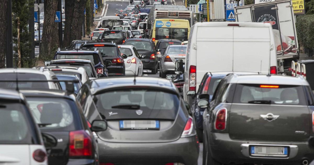Clima, gli italiani sono i più ottimisti. Peccato siano pure sempre più incollati all'auto