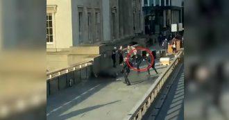 Londra, il momento in cui la polizia spara a un uomo armato sul London Bridge: la colluttazione