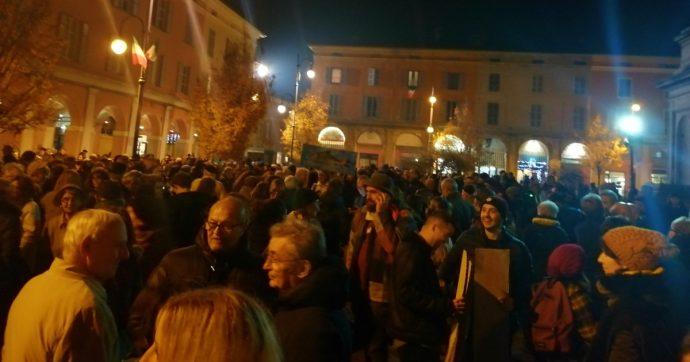 Piacenza, duemila sardine in piazza Duomo: 'Non è finita, ci saremo anche dopo le elezioni'