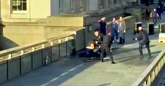 """Londra, accoltella i passanti sul London Bridge: 2 morti e diversi feriti. Polizia spara e uccide l'aggressore. """"Aveva finto giubbotto esplosivo"""""""