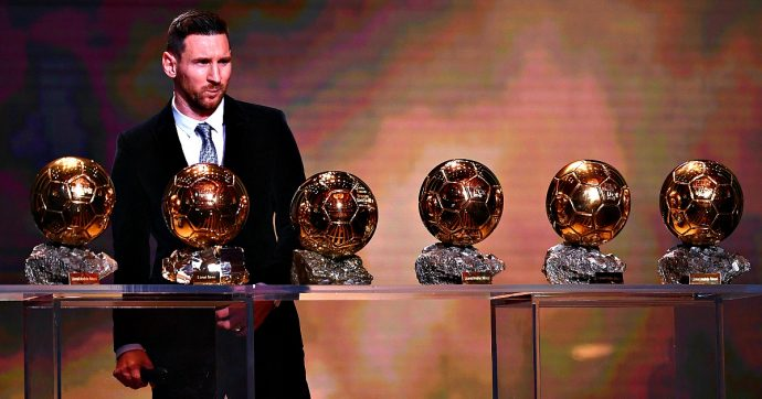 Pallone d'Oro, ancora Lionel Messi: è suo per la sesta volta. Ronaldo (assente) arriva terzo