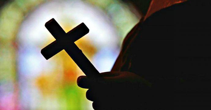 """Parigi, prete ucciso con un crocifisso, incriminato un 19enne: """"Era stato abusato"""""""