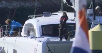 Greta Thunberg arriva in catamarano a Lisbona: decine di ambientalisti la aspettano in porto