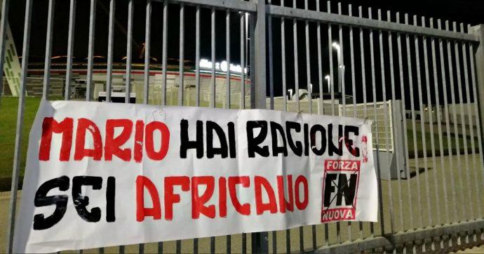 """Torino, """"Mario hai ragione, sei africano"""": denunciati tre di Forza Nuova che affissero uno striscione contro Balotelli allo Stadium"""