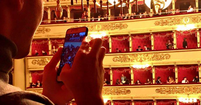 """Prima della Scala: paillettes e borracce da """"generazione Greta"""": l'anteprima under 30 finisce tra selfie, autografi e rose con Netrebko e Meli"""