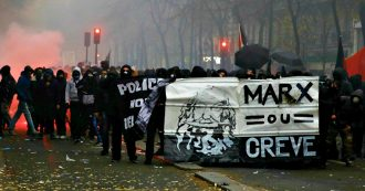 Parigi, cassonetti in fiamme e scontri tra black bloc e polizia: le immagini