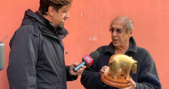 """Adriano Celentano riceve il Tapiro di Striscia la Notizia per il flop di Adrian e commenta: """"Non sono più un maestro"""""""