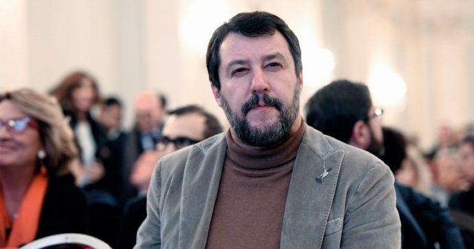 """Salvini, 19enne lo fotografa addormentato e gli fa il dito medio. Lui risponde: """"Che personcina educata"""" e scatena i follower"""