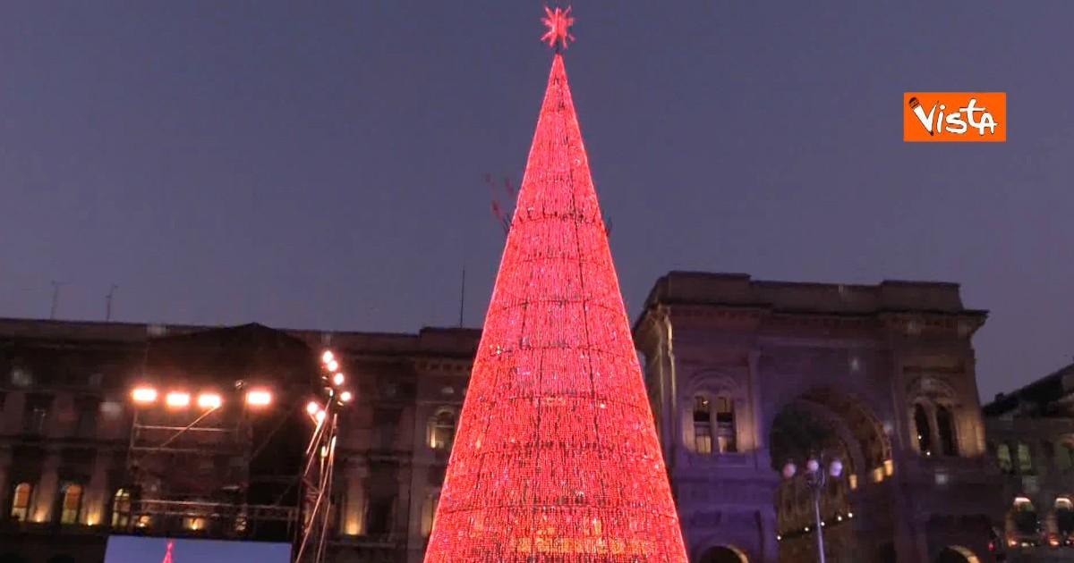 Albero Di Natale Milano.Milano Le Immagini Della Spettacolare Accensione Dell Albero Di Natale In Piazza Duomo Il Fatto Quotidiano