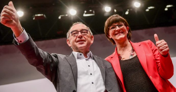 """Spd, Esken e Walter-Borjans confermati leader """"Andiamo a sinistra. Offensiva sociale per Ue"""". No a mozione per uscire da Grosse Koalition"""