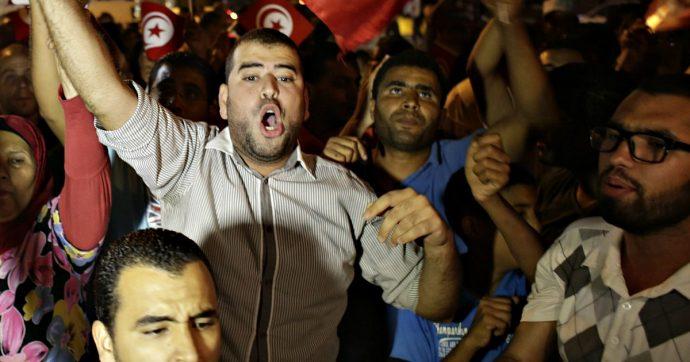 Tunisia, ragazzo si dà fuoco perché disoccupato. Quasi 60 tentativi di suicidio negli ultimi tre mesi a causa del disagio sociale