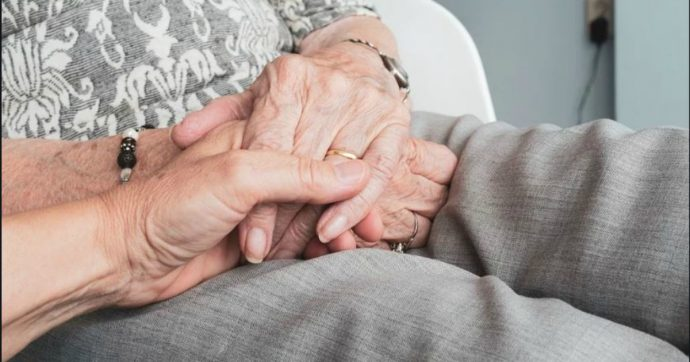 """Coronavirus, in Lombardia pazienti Covid in Residenze per anziani. Sindacati: """"Non è soluzione: non hanno spazi e mascherine"""""""