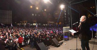 """Bologna, Bonaccini in piazza senza big del Pd: 'Almeno 10mila'. Tra la folla Prodi e Santori. Al M5s: """"Davvero noi e la destra siamo uguali?"""""""