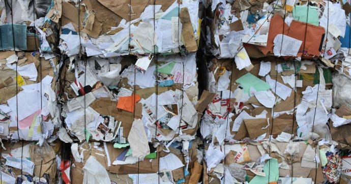 Carta riciclata, Italia a rischio paralisi: export bloccato e gli impianti non riescono a reggere la crescita della raccolta differenziata