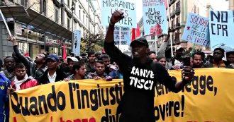 """Migranti, a Napoli debuttano le """"Sardine nere"""": corteo per chiedere tempi più rapidi per i documenti"""