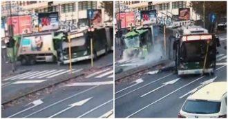 """Milano, incidente tra filobus e camion in viale Bezzi: accertamenti sul cellulare dell'autista passato col rosso. Sala: """"Atm stringa controlli"""""""