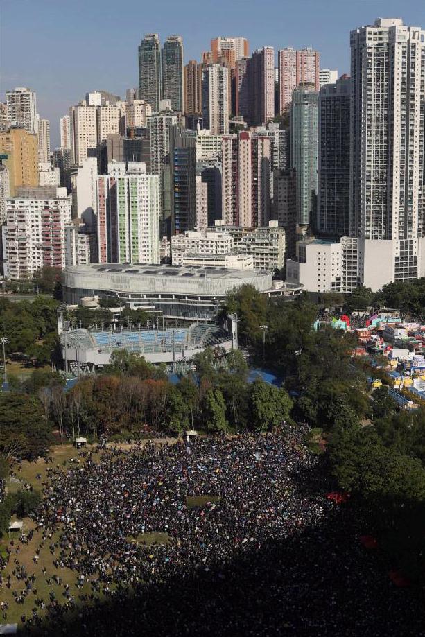 Hong Kong, in 800mila al primo corteo autorizzato dopo mesi