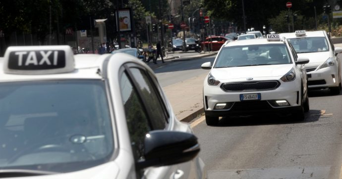 Roma, avviato l'iter per la revoca della licenza al tassista che ha preso a pugni un cliente che aveva chiesto di usare il tassametro