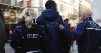 """Roma, giornalista filma il fermo di un ambulante. L'agente: """"Senza divisa le spaccherei in testa la telecamera. Appena pubblica verrà arrestato"""""""
