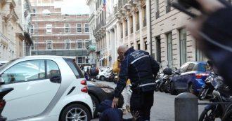 Roma, giornalista filma il fermo di un ambulante vicino a Montecitorio: portato in caserma e denunciato – Il racconto audio