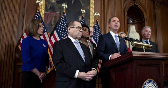 Impeachment, presentati i due capi d'accusa nei confronti di Donald Trump: abuso di potere e ostruzione al Congresso