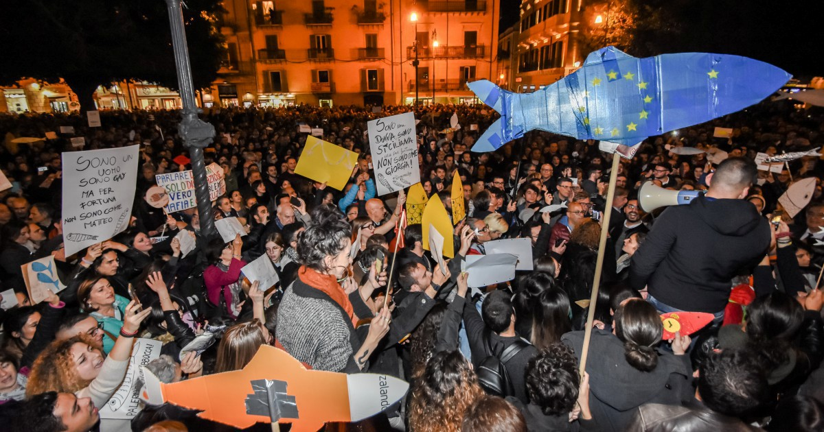 Sardine, primo incidente: lite sulla destra in piazza