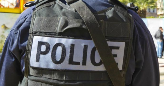 Parigi, 30enne minaccia una pattuglia di polizia con un coltello: ucciso a colpi di pistola