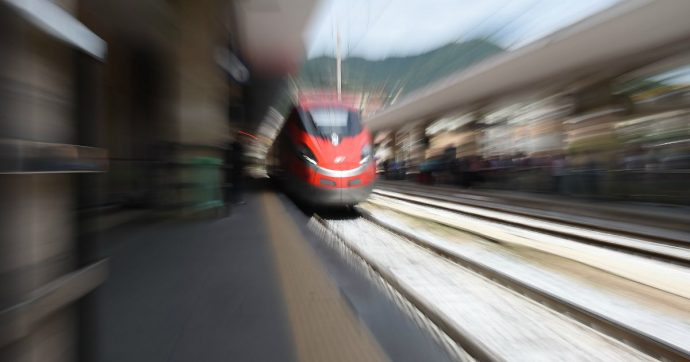 """L'Alta Velocità rallenta: la tratta diretta Roma-Milano passa (senza annunci) da 2 ore e 55 a 3 ore e dieci. """"Così almeno per tutto il 2020"""""""
