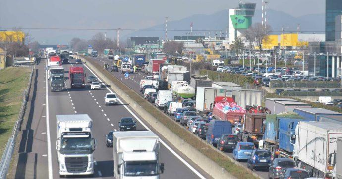 """Liguria, 13 km di coda in autostrada per i cantieri: salta il Consiglio regionale. Toti convoca i vertici di Autostrade: """"Così non va"""""""