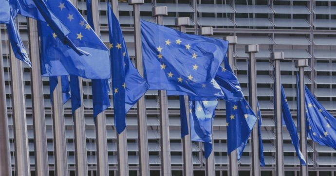 Whistleblowing, entra in vigore la direttiva Ue per proteggere i dipendenti che svelano malaffare e corruzione nelle loro aziende
