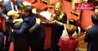 Manovra, il momento del sì alla fiducia: M5s e Pd esultano in Senato, gli abbracci tra i banchi del governo e il bacio tra Castelli e D'Inca