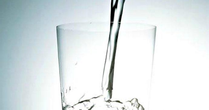 Acqua minerale, italiani campioni in Europa per consumo di bottiglie: inutile spendere soldi e inquinare, quella del rubinetto è migliore