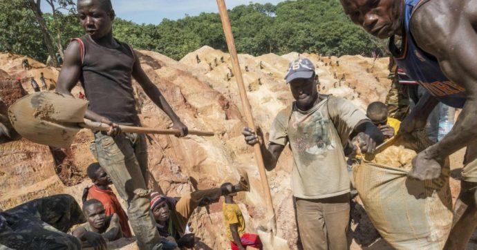 """Congo, bimbi morti e rimasti paralizzati nelle miniere di cobalto: class action contro i giganti del digitale. """"Rispondano delle vittime"""""""