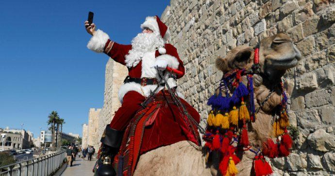 Sarà un Natale senza Dio e senza Babbo. Ma almeno c'è chi ha una tromba in mano