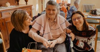 """Dalla bottiglia di vino al viaggio a Lourdes: i """"nipoti di Babbo Natale"""" esaudiscono i desideri degli anziani in casa di riposo"""