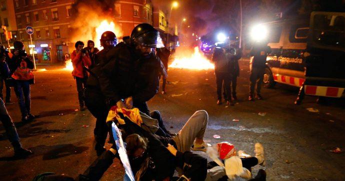 """Barcellona, scontri in strada tra indipendentisti e polizia durante 'El Clasico': """"Oltre 40 feriti e 9 arresti"""""""