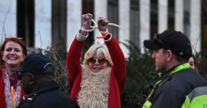 Jane Fonda festeggia in carcere il suo 82esimo compleanno: arrestata per la quinta volta durante le proteste sul clima