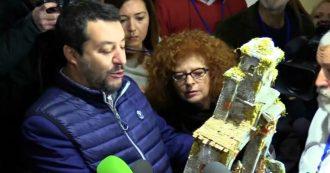 """Salvini si presenta dai giornalisti col presepe in mano: """"Mi hanno regalato anche quattro canne da pesca"""""""