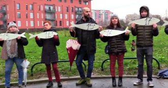 """Lega, flash mob delle Sardine contro Congresso: """"49 pesci per 49 milioni di euro da restituire"""""""