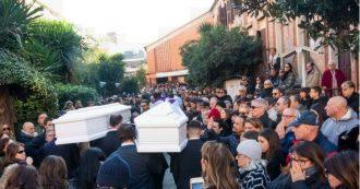 """Roma, in centinaia ai funerali di Gaia e Camilla. L'omelia del parroco: """"Ci riscopriamo tutti palloni gonfiati"""""""