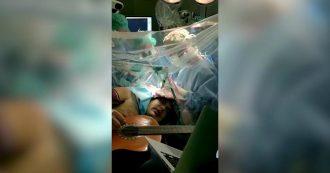 Torino, musicista suona chitarra e tamburello mentre lo operano al cervello da sveglio. Le immagini