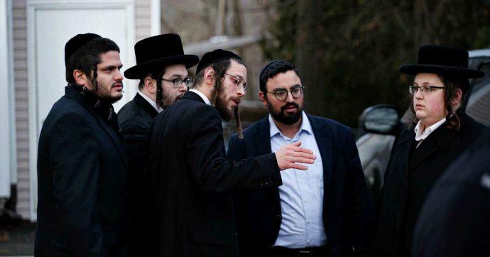 """New York, attacco con machete in casa di un rabbino: cinque feriti, due gravi. Arrestato l'aggressore. Cuomo: """"Terrorismo domestico"""""""