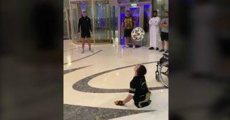 """Cristiano Ronaldo palleggia con un bambino senza gambe: """"Sei un'ispirazione"""""""
