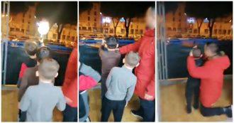 Napoli, papà dà pistola ai figli e li fa sparare dal balcone di casa: il video in diretta su Facebook