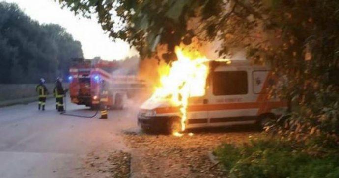 Sassari, petardo contro una ambulanza del 118. Veicolo distrutto dalle fiamme