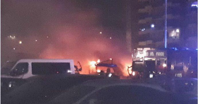 Roma, incendio in un parcheggio di camper: morto carbonizzato un uomo di 50 anni