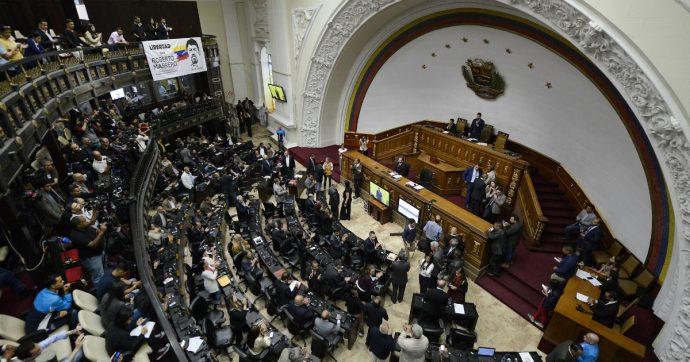 "Venezuela, a sorpresa Luis Parra si autoproclama presidente del Parlamento. Guaidò: ""Un golpe"""